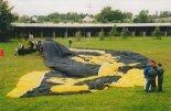 """Sterowiec """"Piast"""" przygotowany do pierwszego napełnienia, hipodrom wrocławski 23.07.1999 r. (Źródło: Przegląd Lotniczy Aviation Revue nr 9/1999)."""