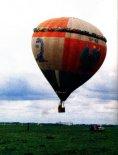 """Balon """"Kościuszko"""" podczas festynu w Kętrzynie 13.08.2000 r. (Źródło: Przegląd Lotniczy Aviation Revue nr 10/2000)."""