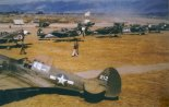 """Samoloty myśliwskie Curtiss P-40 """"Warhawk"""" z 23. Grupy Myśliwskiej na lotnisku Paoshan (Chiny), koniec 1943 r. (Źródło: via Andre Ziegniewski via Aeroplan nr 4/2006)."""