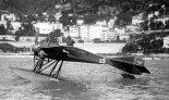 """Wodnosamolot Deperdussin """"Monocoque"""", na którym Maurice Prévost uzyskał zwycięstwo w zawodach o Puchar Schneidera rozegranych w Monako. 1913 r. (Źródło: archiwum)."""
