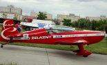 Samolot Extra EA 330LC (SP-AUC) podczas IX Małopolskiego Pikniku Lotniczego w Krakowie. (Źródło: Piotr Drabik via Wikimedia Commons).
