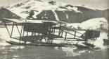 Wodnosamolot Farman MF-11 Jana Nagórskiego zakotwiczony w zatoce na Nowej Ziemi. (Źródło: archiwum).